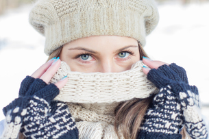Winter Portrait of Female with Beautiful Blue Eyesの写真素材 [FYI00662956]