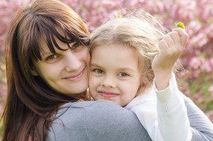 Portrait of mother and daughter on spring backgroundの写真素材 [FYI00662989]