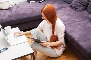 young woman with laptop at home leisureの写真素材 [FYI00662992]