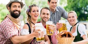 Im Biergarten - Freunde trinken Bier in Bayernの写真素材 [FYI00663061]