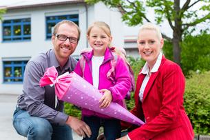 Familie bringt Tochter am ersten Schultag zur Schuleの素材 [FYI00663067]