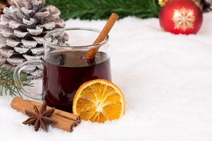 mulled wine at christmas in winter with snow and drink alcohol copy spaceの写真素材 [FYI00663093]