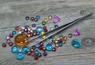 Tweezers and multicolored gemsの素材 [FYI00663104]
