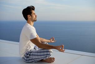 young man practicing yogaの写真素材 [FYI00663147]