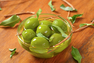 Green olives in oilの写真素材 [FYI00663183]
