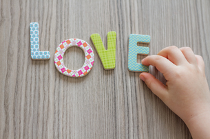 Child is Writing Word Love From Colorful Toy Lettersの写真素材 [FYI00663194]