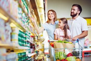 Buying food in hypermarketの写真素材 [FYI00663229]