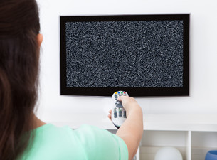 Woman Changing Television Channelの写真素材 [FYI00663272]