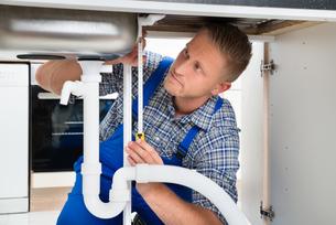 Plumber Measuring Sink Pipeの写真素材 [FYI00663274]