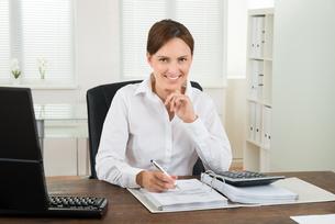 Businesswoman Calculating Invoiceの写真素材 [FYI00663283]