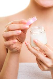 skin care. girl applying moisturizing cream.の写真素材 [FYI00663325]