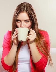 woman drinking hot coffee beverage. caffeine.の写真素材 [FYI00663329]