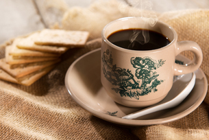 Traditional Malaysian Chinese coffee and soda crackersの写真素材 [FYI00663342]
