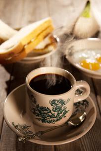 Traditional Malaysian Hainan coffee and breakfastの写真素材 [FYI00663343]