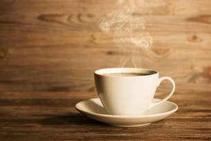 Steaming hot coffee in white mugの写真素材 [FYI00663344]