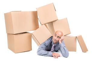 Businessman under boxesの写真素材 [FYI00663378]