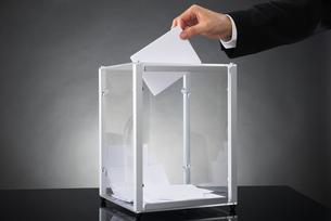 Businessperson Putting Ballot In Boxの素材 [FYI00663397]