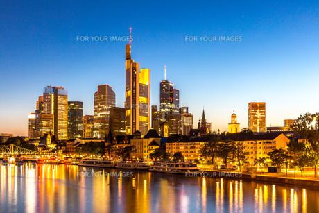 Frankfurt Skyscraper Germany duskの写真素材 [FYI00663442]