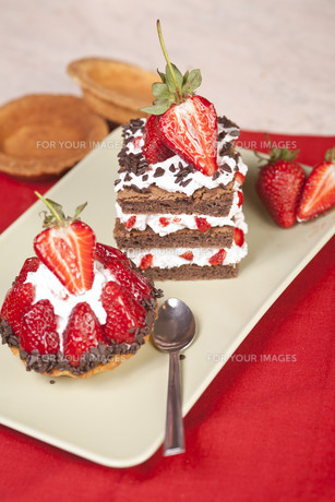 Strawberry fruit tart and chocolate strawberry cake on a plateの素材 [FYI00663458]