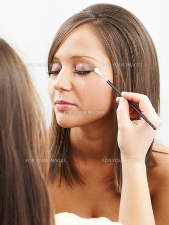 Applying make-up,Applying make-upの素材 [FYI00663509]