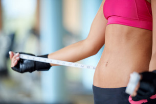young fit woman measuring bellyの写真素材 [FYI00663553]