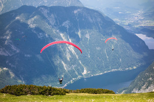 Paragliding at the Dachstein Mountainsの写真素材 [FYI00663624]