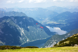 Paragliding at the Dachstein Mountainsの写真素材 [FYI00663626]