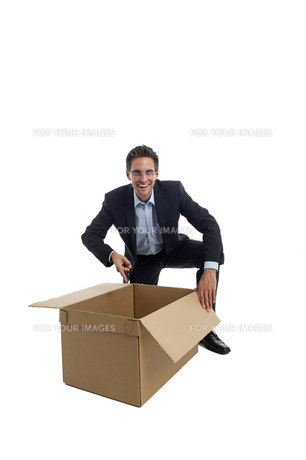 businessman with a boxの写真素材 [FYI00663679]