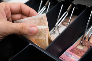 Person Hands With Money Over Cash Registerの写真素材 [FYI00663701]