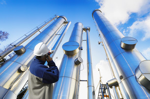 oil, gas and pipes with refinery workerの写真素材 [FYI00663713]