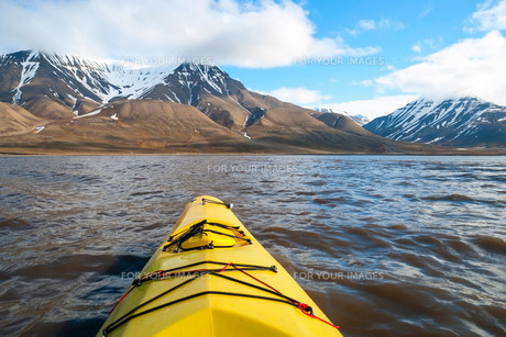 Kayaking on the sea in Svalbard, first person viewの素材 [FYI00663721]