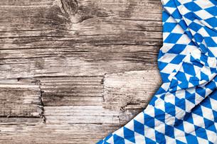 oktoberfest tablecloth on wooden tableの写真素材 [FYI00663727]