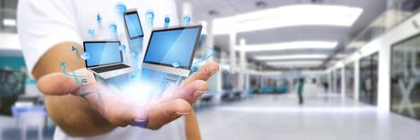 Businessman surfing on internetの写真素材 [FYI00663735]