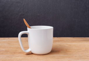 White cup of a coffeeの写真素材 [FYI00663772]
