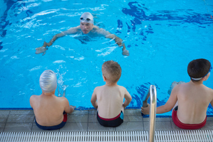 child group  at swimming pool school classの写真素材 [FYI00663789]