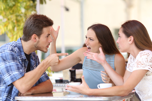 Angry friends arguing in a coffee shopの写真素材 [FYI00663808]