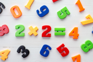 Plastic numbers with math formula in a middleの写真素材 [FYI00663837]