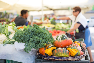 Farmers&#39  food market stall with variety of organic vegetable.の写真素材 [FYI00663881]