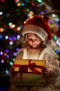 Santa girl with presentの写真素材 [FYI00663899]