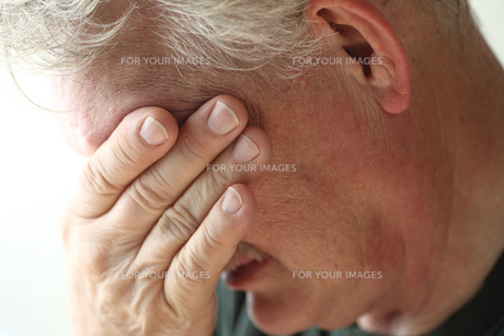 Senior man with hand over eyesの素材 [FYI00664004]