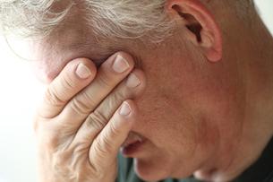 Senior man with hand over eyesの写真素材 [FYI00664004]