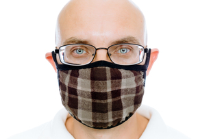 Bald man on a white background in the warm medical maskの写真素材 [FYI00664032]