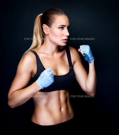 Boxer girl in actionの写真素材 [FYI00664041]