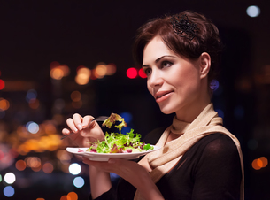 Beautiful woman in the restaurantの写真素材 [FYI00664042]