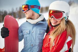 Pretty snowboarder with boyfriendの写真素材 [FYI00664052]