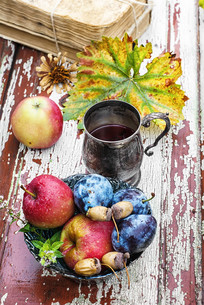Cup of tea in the autumn styleの写真素材 [FYI00664063]