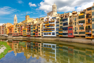 Colorful houses in Girona, Catalonia, Spainの写真素材 [FYI00664159]