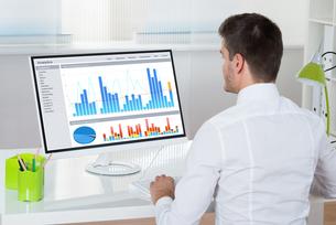 Businessman Analyzing Graphs On Computerの写真素材 [FYI00664182]