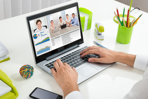 Businessperson Videoconferencing With Colleagues On Laptopの写真素材 [FYI00664183]