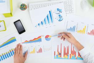 Businessperson Analyzing Graphs At Deskの写真素材 [FYI00664184]